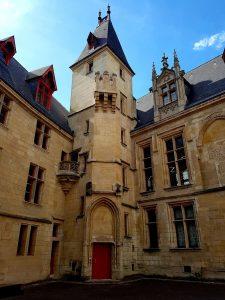 La cour et le donjon de l'hôtel de Sens